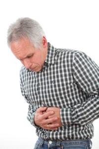 Mann hat Magenschmerzen vom Magengeschwüre