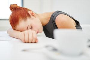 Frau müde am Schreibtisch