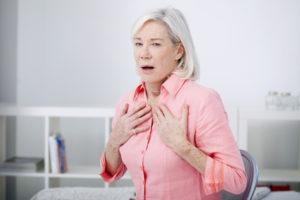 Frau mit Atembeschwerden (COPD)