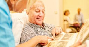 Alzheimer Patient schaut Fotos an
